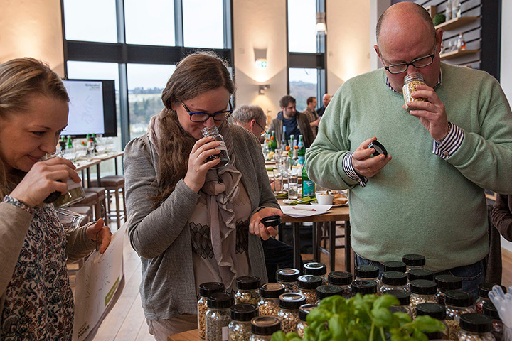 Gin-Blending-Kurs BIRKENHOF-BRENNEREI, Auswahl Botanicals ©RoeMo, Birkenhof-Brennerei